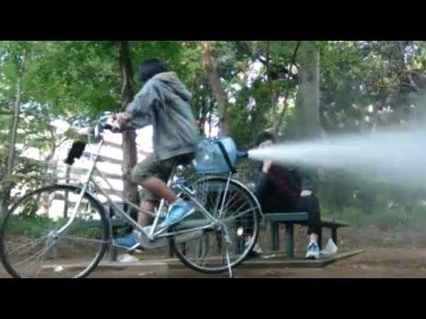 巨大ボトルのロケットを自転車につけたwidth=190